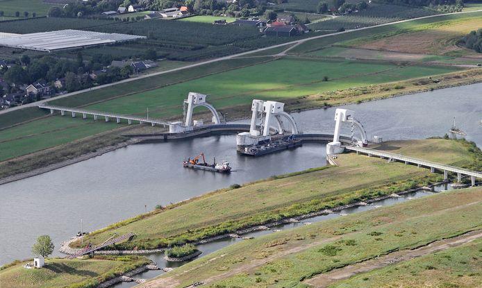 De stuw bij Driel staat open om te zorgen voor voldoende watertoevoer naar de IJssel. Archieffoto Ricardo Smit.