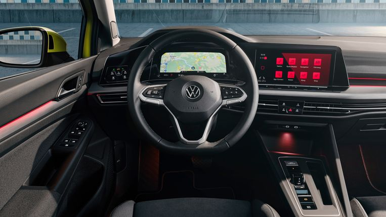 Het dashboard heeft twee grote schermen: in het midden en eentje achter het stuur. Beeld