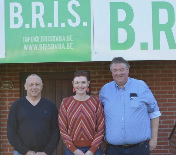 Schepen van Sport Roger Verheyen, burgemeester Nele Geudens en voorzitter Chris Verheyen aan de huidige voetbalinfrastructuur.