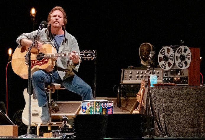 Eddie Vedder tijdens zijn Solo tour. Hij wordt bijgestaan door het Nederlandse Red Limo String Quartet.