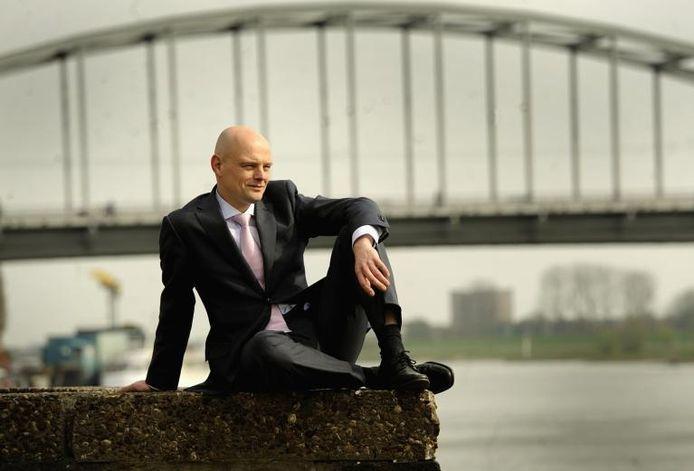 SP-wethouder Gerrie Elfrink bij de John Frostbrug in Arnhem.