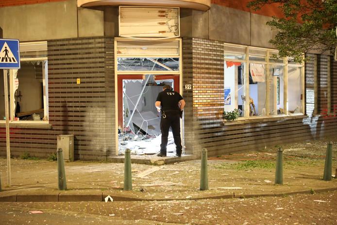 Een agent zoekt naar restanten van het explosief bij het reisbureau op de Hoefkade.