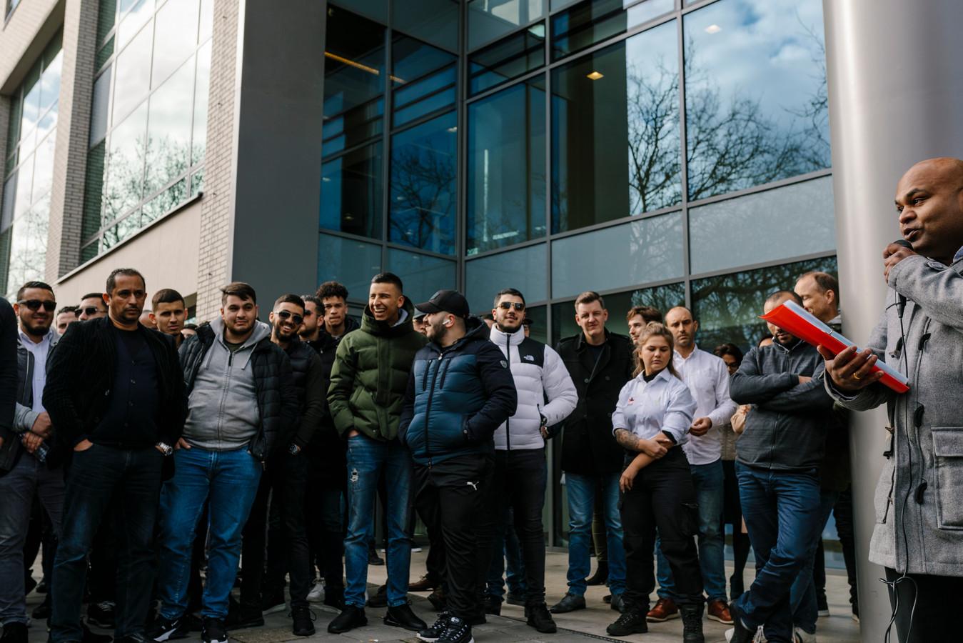 Uber chauffeursbij een demonstratie in 2019  bij het Uber kantoor in Amsterdam. Ze