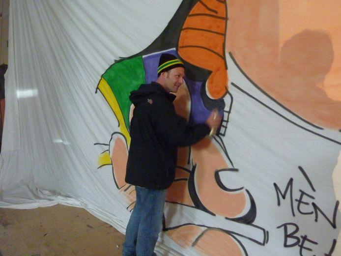 Jeroen levert zijn bijdrage aan het eerbetoon voor de overleden Haagse Harry-tekenaar.