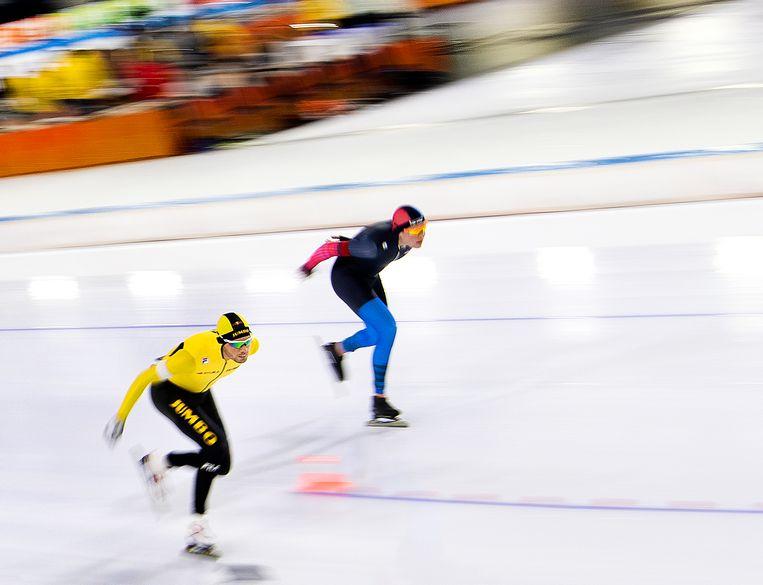 Patrick Roest (links) gaat op de 10.000 meter de strijd aan met Marwin Talsma.  Beeld Klaas Jan van der Weij / de Volkskrant