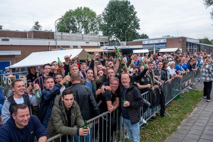 VEVO pakt uit voor de eerste derby van het seizoen, met snackkraam, terras en livemuziek. Ondanks het verlies tegen SEH bleef de sfeer opperbest.