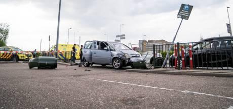 Auto schiet door hek op parkeerterrein McDonald's: drie gewonden, onder wie een kind