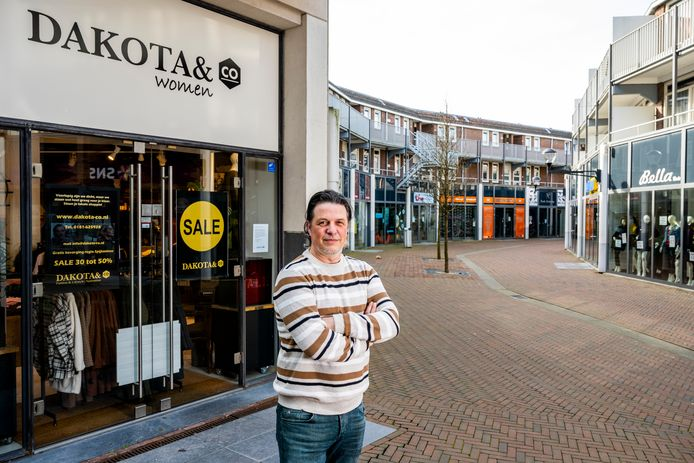 Ruben Vogel bij zijn winkel Dakota, een kledingwinkel aan de Nieuwstraat in Spijkenisse.