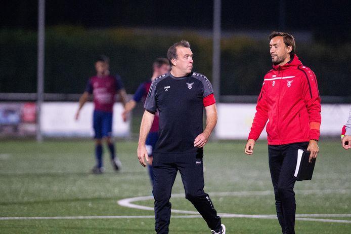 Trainer Jempi Custers (links) en assistent-trainer Sven Vandeput beginnen het seizoen met vier op negen.