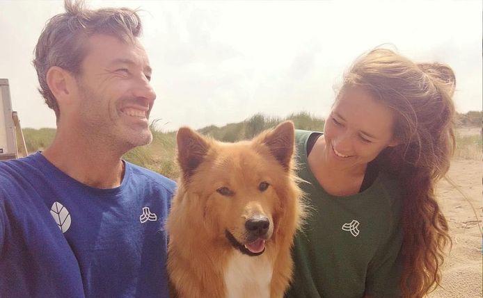 Daan Strang en Steef de Ruijter vragen met hun hond aandacht voor het probleem van zwerfafval langs de Nederlandse kust.