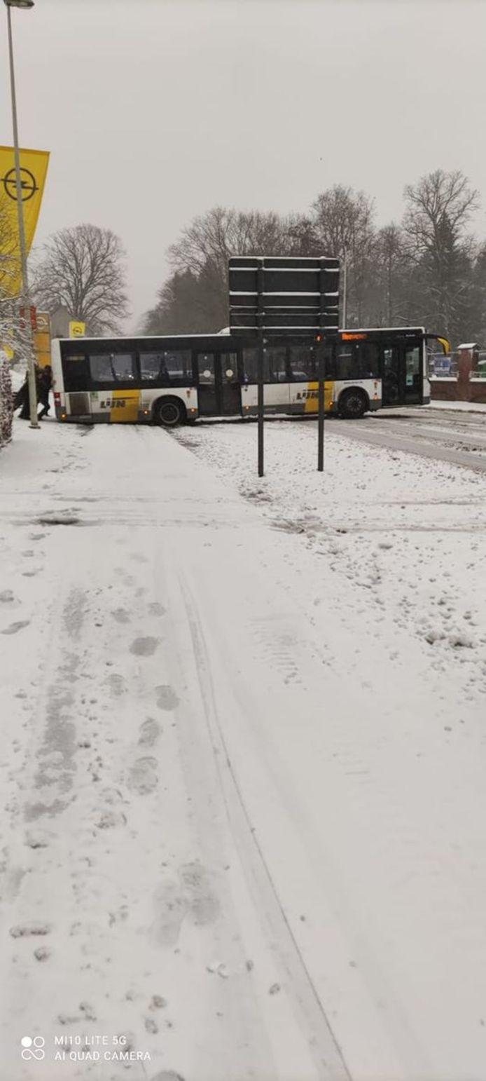 De bus van De Lijn maakte een slippertje, maar geraakte gelukkig snel terug op de baan. Er vielen geen gewonden.