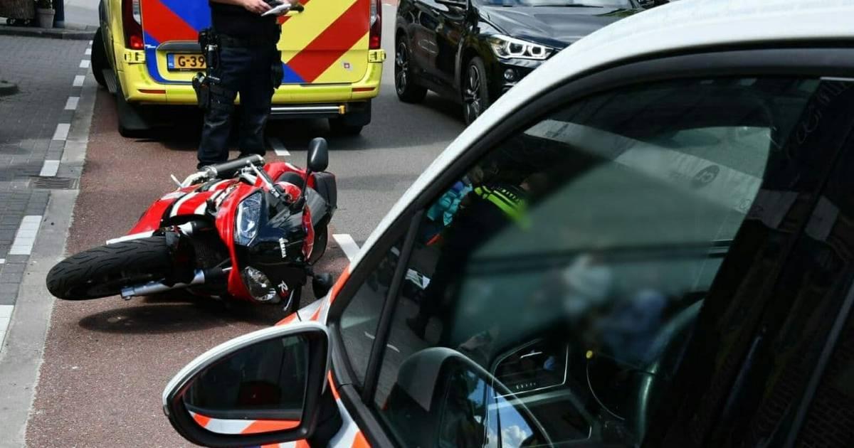 Motorrijder slaat over de kop bij aanrijding met scootmobiel in Enschede.