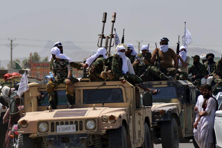 Een lange stoet Humvees trok langzaam via een van de hoofdwegen door de stad.  Beeld AFP