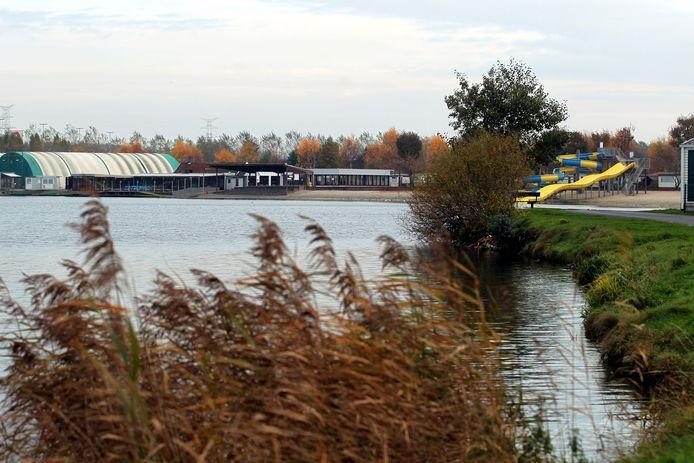 De tennishallen (links) en De Piraat (midden) verdwijnen voor het nieuwe hotel.