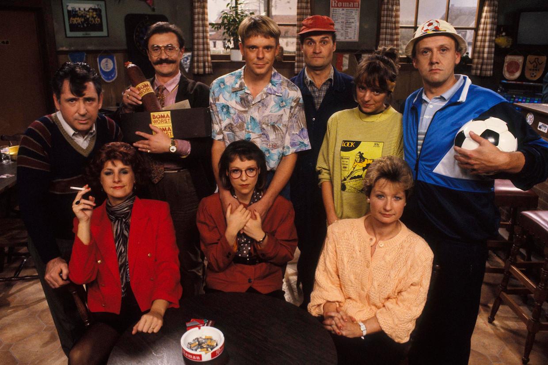 De 'Kampioenen'-cast in de beginjaren, met links de vorig jaar overleden Johny Voners. Beeld VRT - TV1