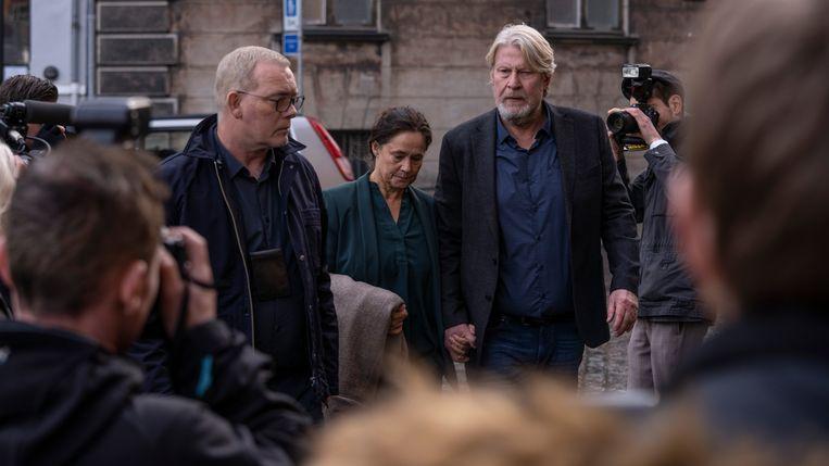 Søren Malling (links) als chef Moordzaken bij de politie van Kopenhagen. Daarnaast Pernilla August en Rolf Lassgård als de ouders van Kim Wall. Beeld