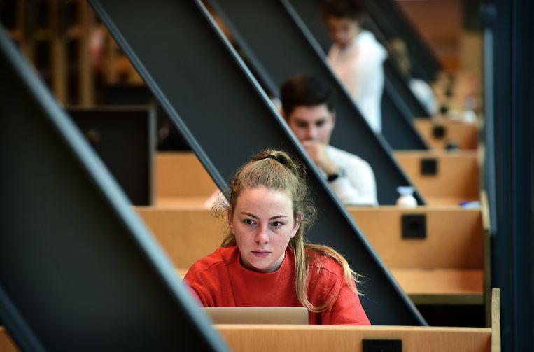 Studenten in de bibliotheek van de universiteit van Maastricht. Beeld Marcel van den Bergh / de Volkskrant