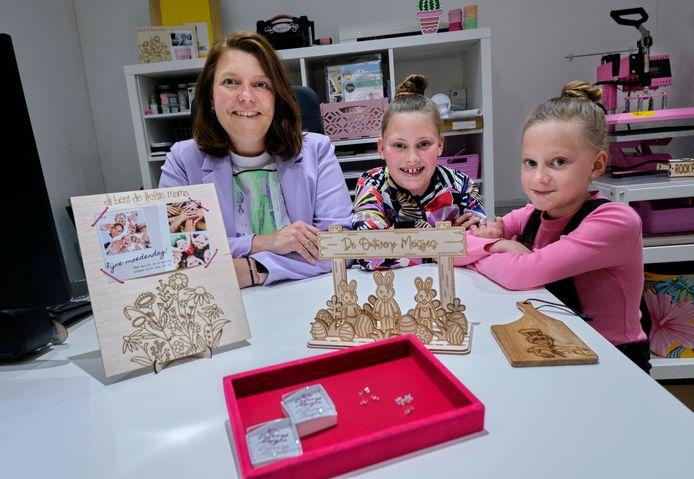 Samantha verkoopt samen met haar dochters Jill en Jazz allerlei verschillende producten in hun webshop De Ontwerp Meisjes.