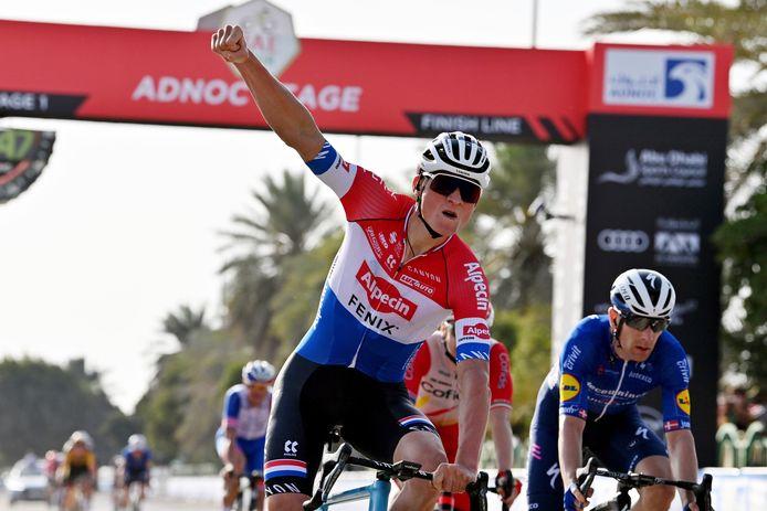 Mathieu van der Poel won de eerste etappe in de UAE Tour, maar moest na een positieve test van een ploeggenoot naar huis.