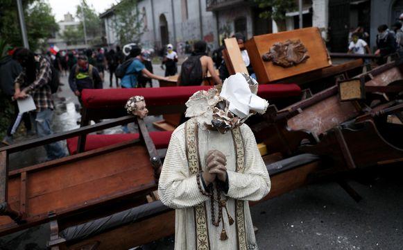 De inboedel van de kerk werd op straat gezet.