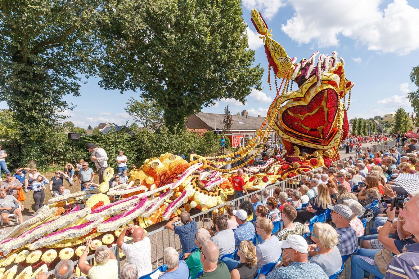 12 Groepen met hun praalwagens geven acte de presence tijdens de bloemencorso 2018 in Sint Jansklooster.