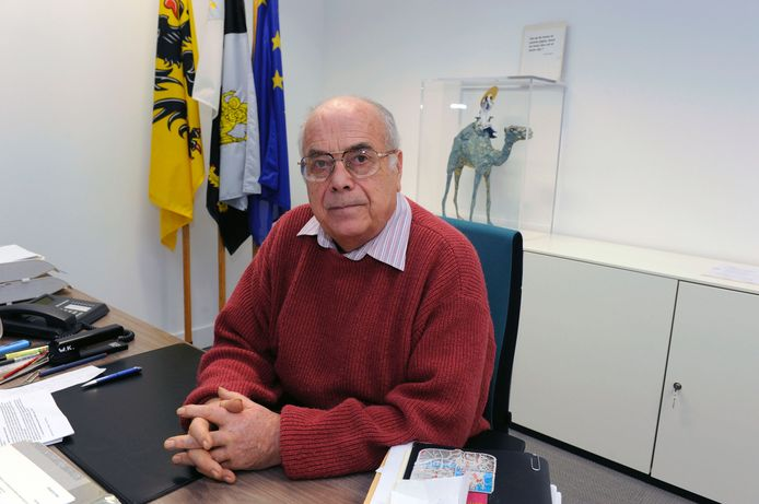 Willy Kuijpers, op zijn bureau als burgemeester van Herent.