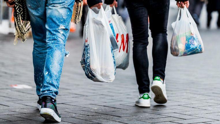 De kinderen kunnen met de bon voor bijna tweehonderd euro aan kleding kopen Beeld anp