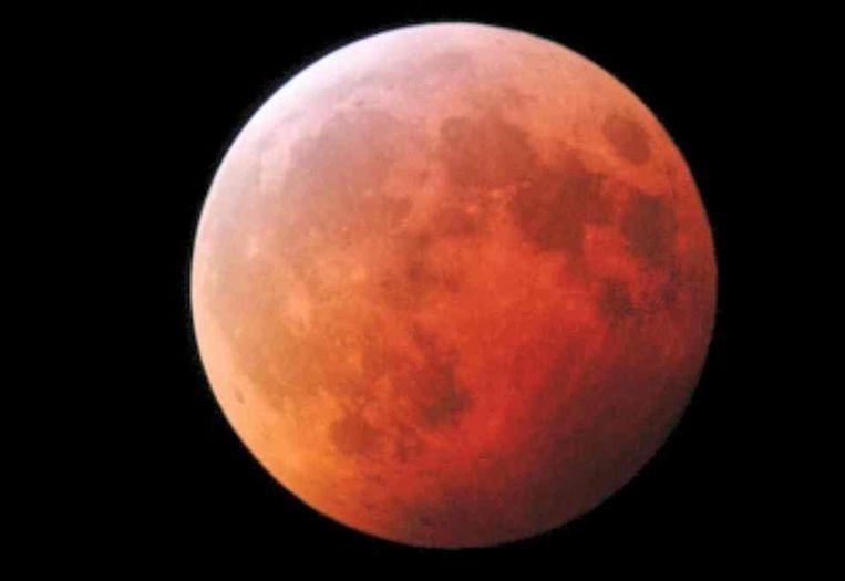 Rood schijnsel tijdens een maansverduistering Beeld