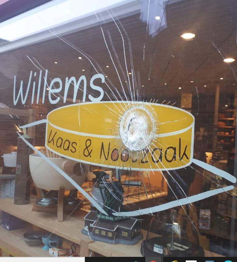 Een flinke barst in de winkelruit van Willems Kaas & Nootzaak.