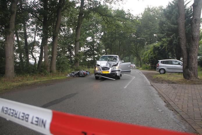 De impact van de botsing tussen de scooter en de auto was zo groot dat beide bestuurders met spoed naar het ziekenhuis werden afgevoerd.