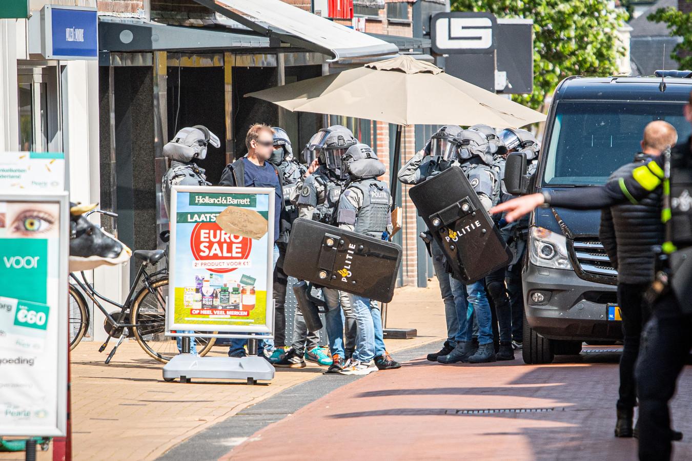 Het arrestatieteam van de politie deed zaterdagmiddag een inval in een pand aan de Oosterstraat in Steenwijk.