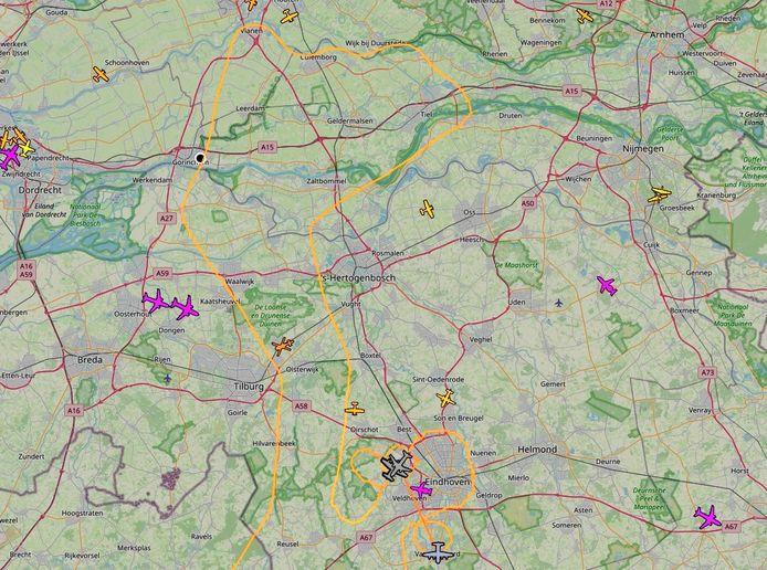 De Hercules-toestellen (grijs) landen op Eindhoven. De oranje lijn is de route die ze vlogen.