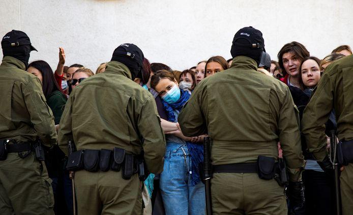 Wit-Russiche agenten houden betogers tegen.
