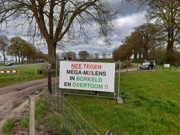 Spandoek tegen windmolens opgehangen aan de Holterstraatweg (N350) in Rijssen.
