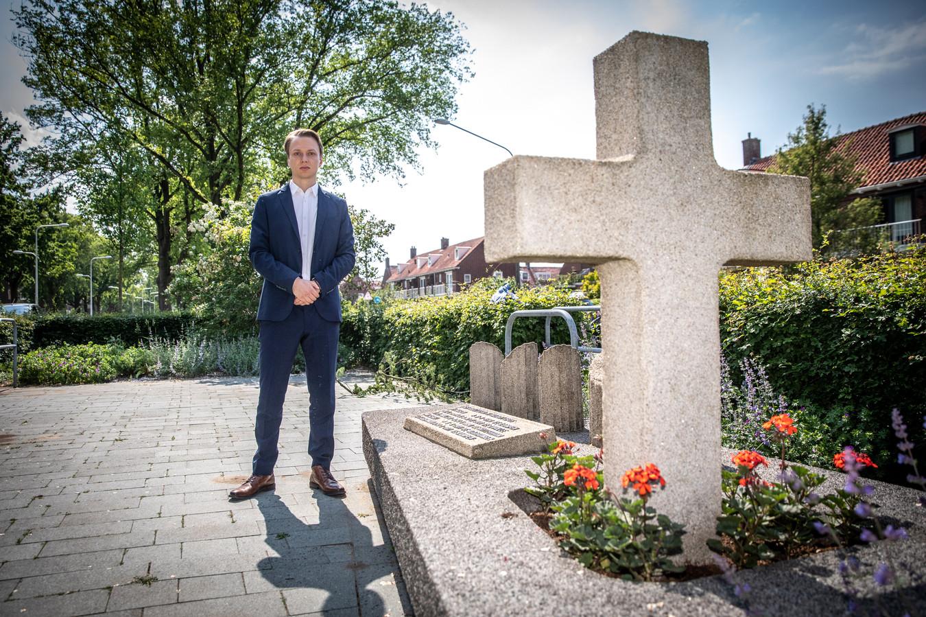 Schrijver Samuel de Korte bij het monument aan de Meppelerstraatweg ter ere van de doodgeschoten mannen.