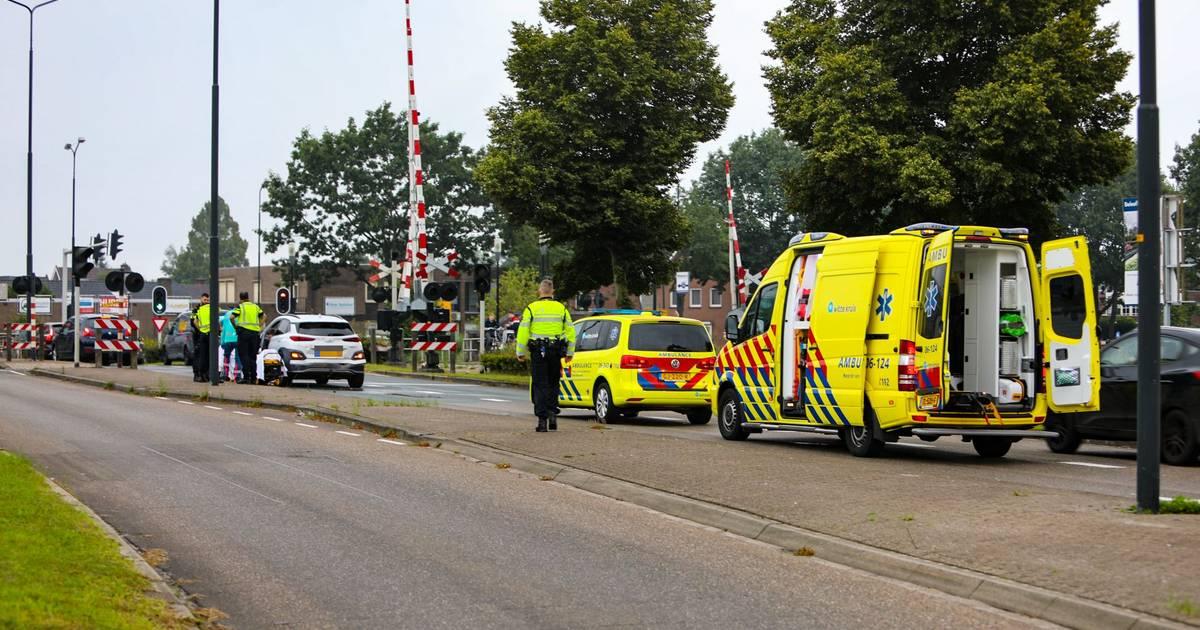 Gewonde bij botsing voor spoorwegovergang in Apeldoorn.