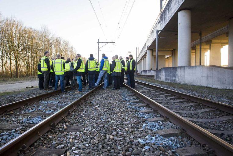 NS-personeel blokkeert korte tijd het spoor bij het station van Hoofddorp. De groep wilde een statement maken na de ernstige mishandeling van een hoofdconducteur op het station. Beeld anp
