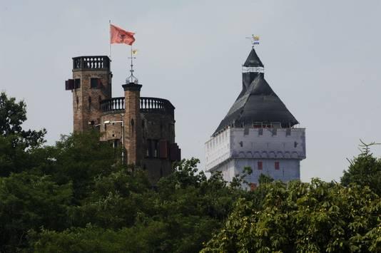 De tijdelijke steigerdonjon trok in 2004 enorm veel publiek. Uiteindelijk leidde dit na een referendum tot herbouwplannen van de reuzentoren op het Valkhof.