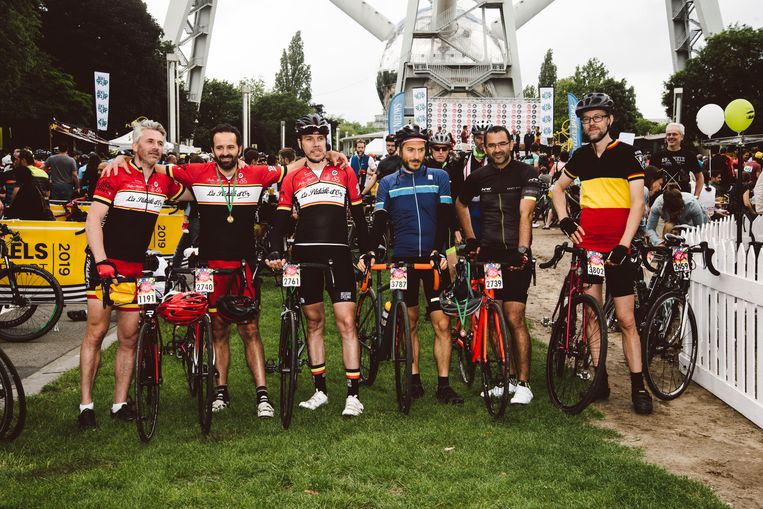 De mannen van La Pédale d'Or bij de finish van de wielerwedstrijd BXL Tour. Ze zijn een voor een wielergek, maar niet  iedereen in de club durft dagelijks in Brussel te fietsen.  Beeld Francis Vanhee