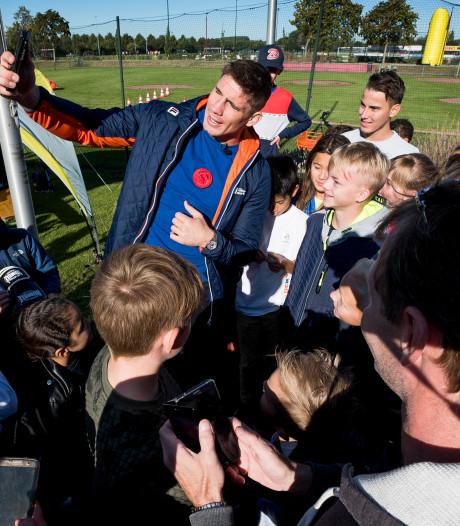 Rico Verhoeven opent Dag van de Sportclub, maar is vóóral druk met het maken van selfies