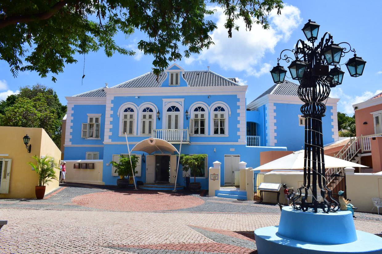 De ingang van hotel Kura Hulanda.