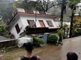 Huis zakt volledig weg in rivier