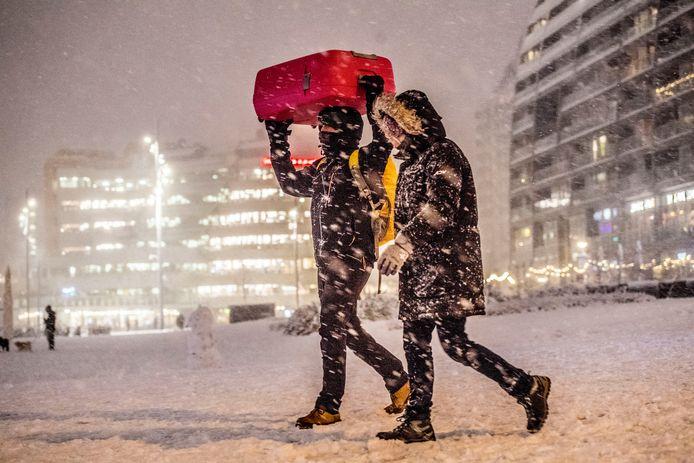 Voetgangers in de sneeuw.