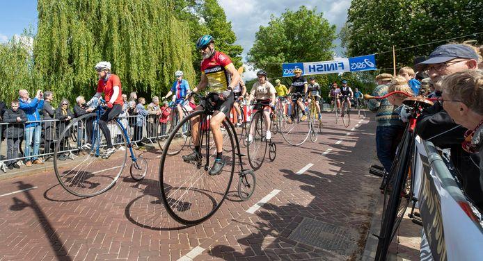 De start van de finale NK Hoge Bi in Zaltbommel.