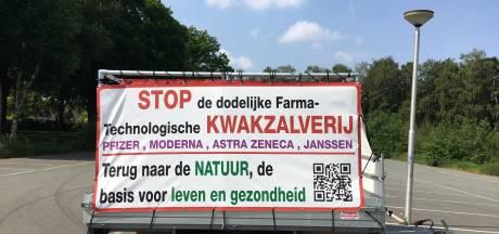 Kritische reclamewagen tegen vaccinaties mag in Nunspeet blijven staan