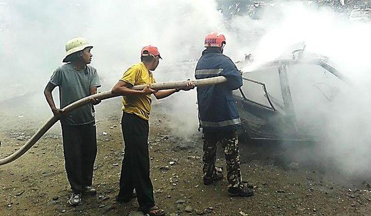 De brandweermannen in Nepal blussen in gewone kleren.