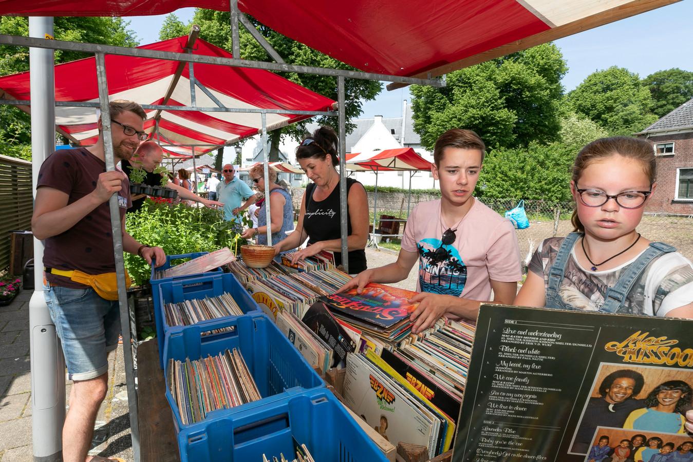 Impressie van de Bruchemse rommelmarkt in 2018. Het evenement trekt normaliter meer dan 4000 bezoekers naar het dorp.