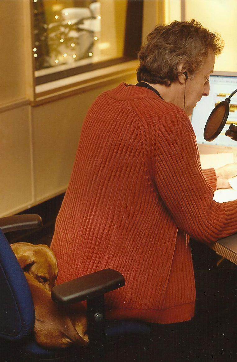 Hans van Willigenburg met teckel Sinatra tijdens een radio-uitzending. Beeld