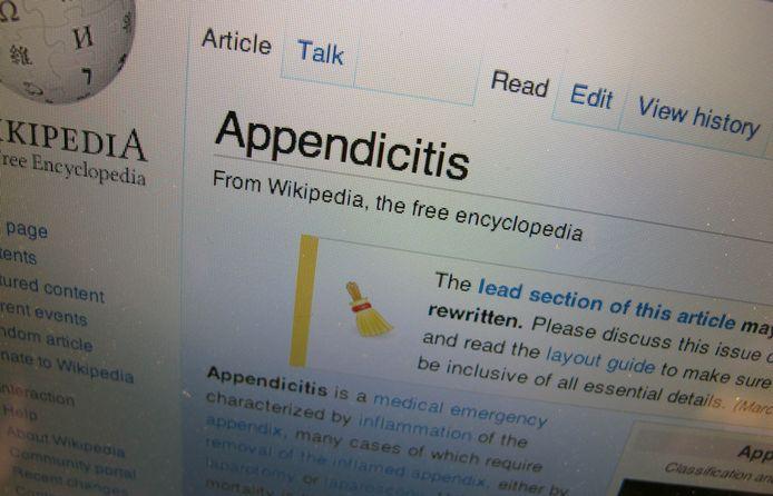 Deel van de Engelstalige Wikipedia-pagina over blindedarmontsteking, met bovenaan de toevoeging dat het onderwerp zou moeten worden aangevuld en herschreven.