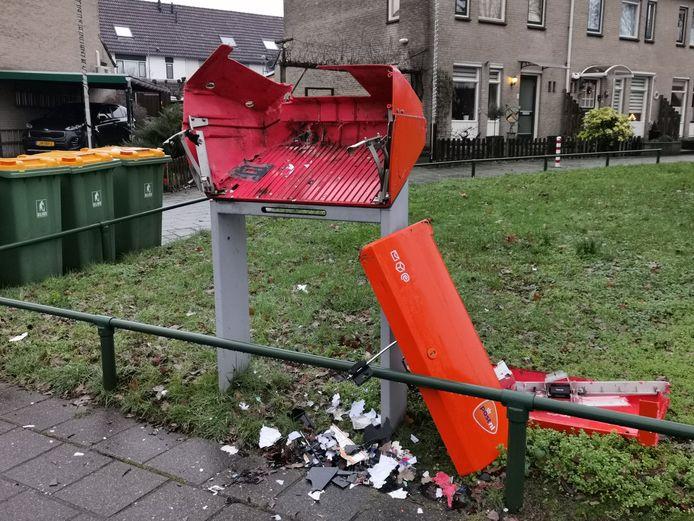 Een vernielde brievenbus aan de Ferdinand Bolstraat in Ede.